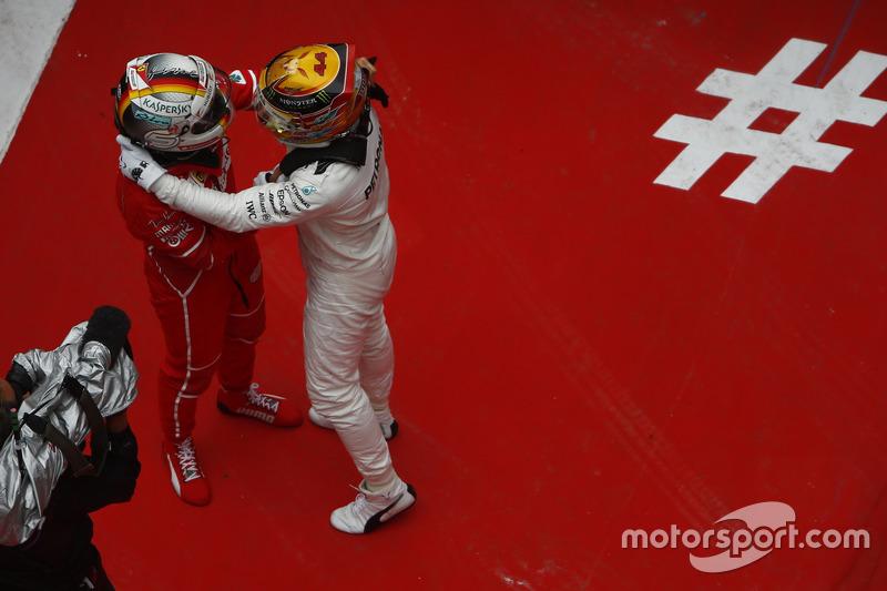 Lewis Hamilton, Mercedes AMG; Sebastian Vettel, Ferrari,  feiern im Parc Ferme