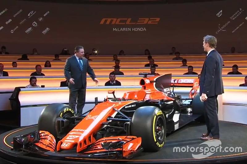 Zak Brown mit dem McLaren MCL32