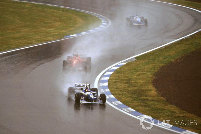 Погодные условия были настолько плохими, что на первых двух кругах с дистанции сошли сразу шесть гонщиков: напарник Михаэля по Ferrari Эдди Ирвайн, Дэвид Култхард, Рикардо Россет, Оливье Панис и оба гонщика Minardi – Джанкарло Физикелла и Педро Лами.