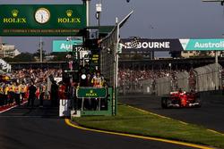 Sebastian Vettel, Ferrari SF70H, passe sous le drapeau à damier pour s'imposer