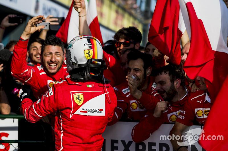 1. Sebastian Vettel, Ferrari, feiert mit seinem Team im Parc Ferme