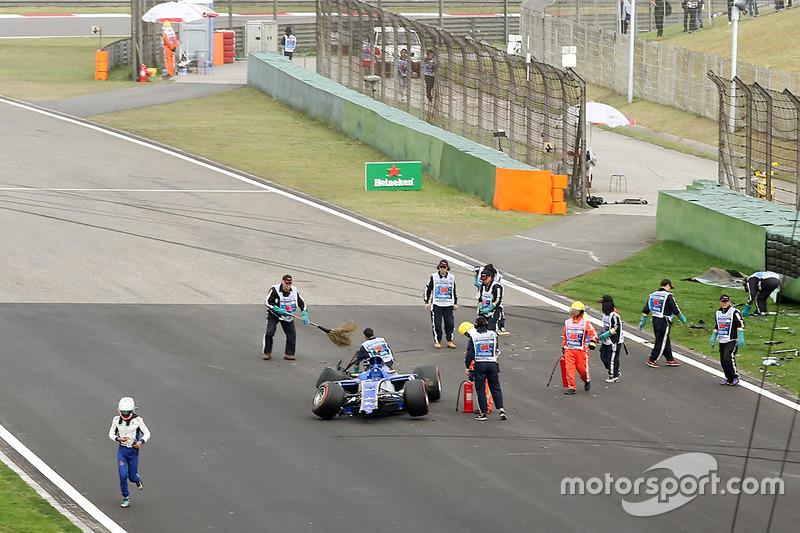 Маршали очищають трасу після аварії Антоніо Джовінацці, Sauber C36