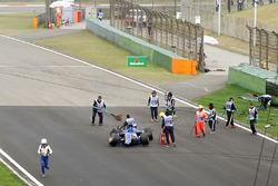 Los comisarios retiran restos del Sauber de Antonio Giovinazzi