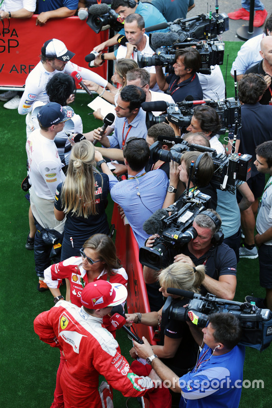 (Dall'alto verso il basso): Fernando Alonso, McLaren; Max Verstappen, Red Bull Racing; e Kimi Raikko