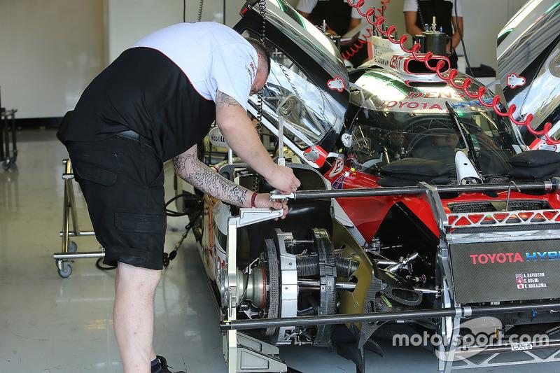 الميكانيكيون يعملون على السيارة رقم 5 فريق تويوتا ريسينغ تي إس 050 الهجينة: سيباستيان بويمي، كازوكي ناكاجيما، أنتوني دافيدسون