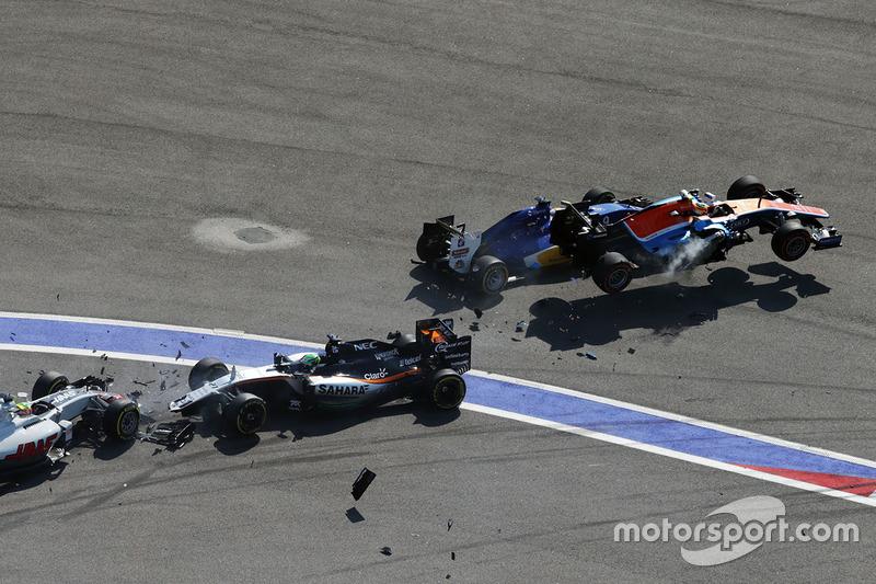 9. Insiden start GP Rusia: Marcus Ericsson, Sauber C35, Rio Haryanto, Manor Racing MRT05, Esteban Gutierrez, Haas F1 Team VF-16, dan Nico Hulkenberg, Sahara Force India F1 VJM09