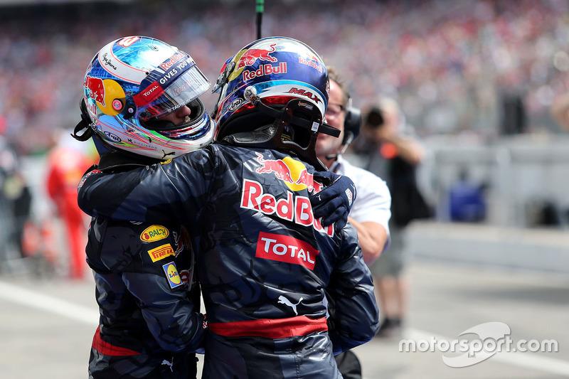 Daniel Ricciardo, Red Bull Racing; Lewis Hamilton, Mercedes AMG F1 Team