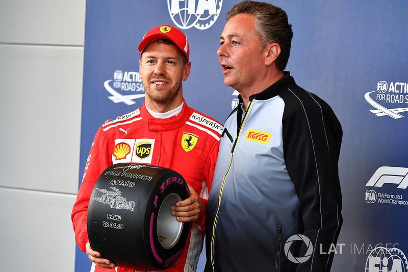 Sebastian Vettel, Ferrari recibe el Premio Pole Position de Mario Isola, Director Deportivo Pirelli