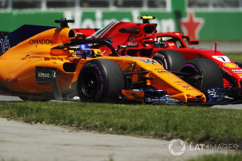 Fernando Alonso, McLaren MCL33, affianca Kimi Raikkonen, Ferrari SF71H, nelle FP1