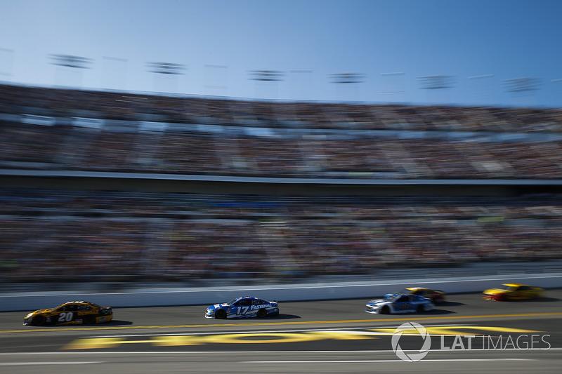 Erik Jones, Joe Gibbs Racing Toyota, Ricky Stenhouse Jr., Roush Fenway Racing Ford Fusion