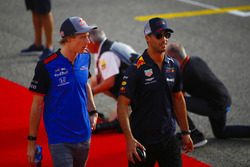 Brendon Hartley, Toro Rosso, and Daniel Ricciardo, Red Bull Racing, in the drivers parade