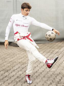 Charles Leclerc, Sauber se calienta jugando al fútbol
