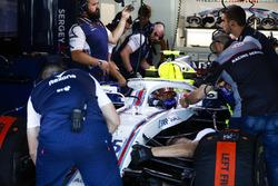Ingegneri al lavoro sulla monoposto di Sergey Sirotkin, Williams FW41