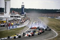 Nelson Piquet, Williams FW11 Honda, al comando alla partenza mentre Stefan Johansson, Ferrari F1/86, va a sbattere contro Teo Fabi, Benetton B186 BMW, dopo un contatto con Philippe Alliot, Ligier JS27 Renault