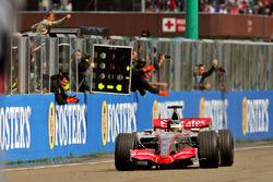 Pedro de la Rosa, McLaren Mercedes MP4-21 crosses the line