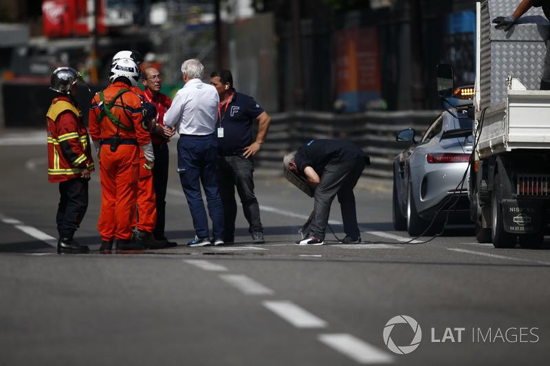 Charlie Whiting, FIA Delegesi, ikinci antrenman seansının kırmızı bayrakla durdurulmasına neden olan gevşek rögar kapağının tamirini izliyor