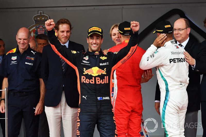 Il vincitore della gara Daniel Ricciardo, Red Bull Racing festeggia sul podio