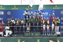 Podium : vainqueurs Sébastien Buemi, Kazuki Nakajima, Fernando Alonso, Toyota Gazoo Racing, deuxième place Mike Conway, Kamui Kobayashi, Jose Maria Lopez, troisième place Mathias Beche, Gustavo Menezes, Thomas Laurent, Rebellion Racing