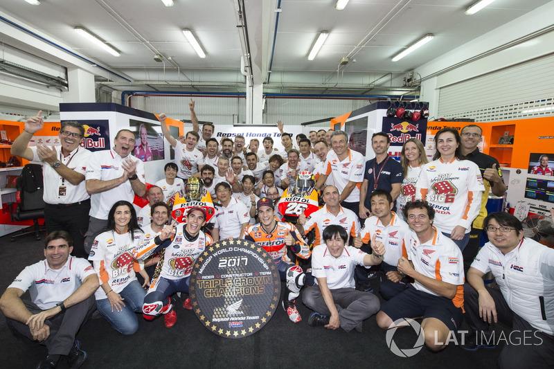 Campeón del mundo Marc Márquez, Repsol Honda Team, Dani Pedrosa, Repsol Honda Team con el equipo
