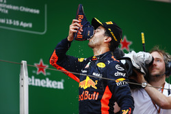 """Podio: Ganador de la carrera  Daniel Ricciardo, Red Bull Racing, bebe champán de su """"shoey"""""""