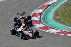 Romain Grosjean, Haas F1 Team VF-18 ve Daniel Ricciardo, Red Bull Racing RB14