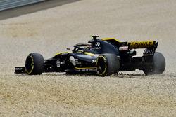 Carlos Sainz Jr., Renault Sport F1 Team R.S. 18, va largo sulla ghiaia