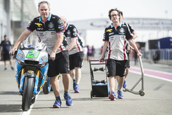Un mécanicien emmène la moto de Franco Morbidelli, Marc VDS Honda, aux vérifications