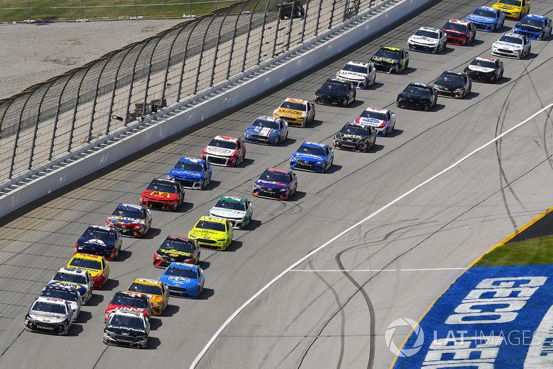 Kevin Harvick, Stewart-Haas Racing, Ford Fusion Jimmy John's Kickin' Ranch e Aric Almirola, Stewart-Haas Racing, Ford Fusion Smithfield