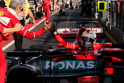 1. Sebastian Vettel, Ferrari SF70H, feiert im Parc Ferme mit Maurizio Arrivabene, Ferrari-Teamchef