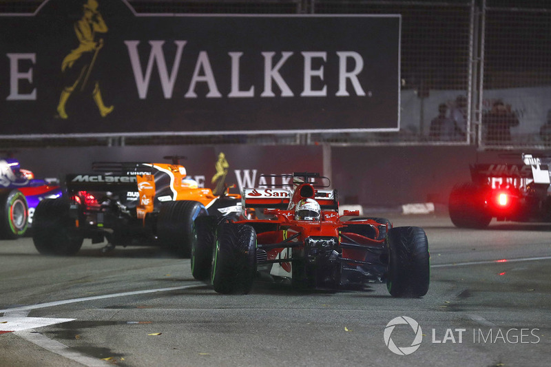 Daniil Kvyat, Scuderia Toro Rosso STR12, Fernando Alonso, McLaren MCL32 e Kevin Magnussen, Haas F1 Team VF-17 vanno larghi per evitare Sebastian Vettel, Ferrari SF70H