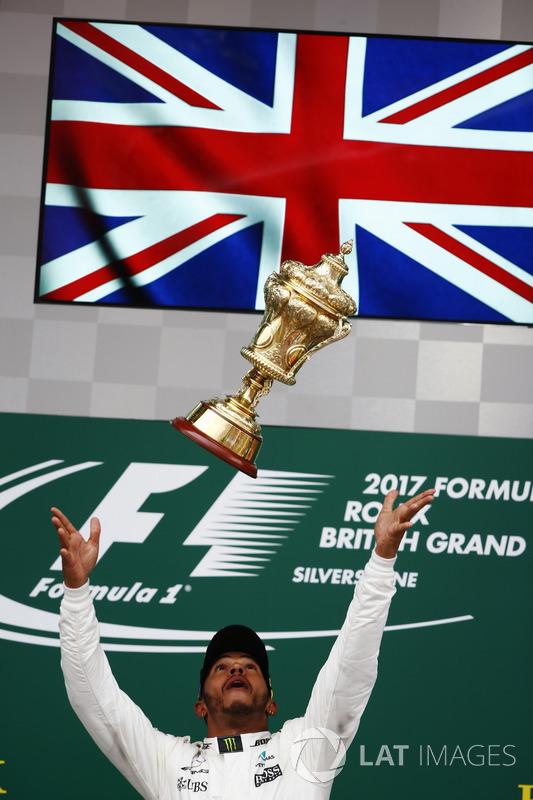 Ganador de la carrera Lewis Hamilton, Mercedes AMG F1, deja caer el trofeo en el aire en la celebrac