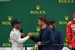 1. Lewis Hamilton, Mercedes AMG F1, mit Jenson Button und Owen Wilson, Schauspieler