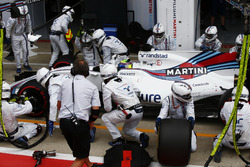 Felipe Massa, Williams FW40, pit stop action