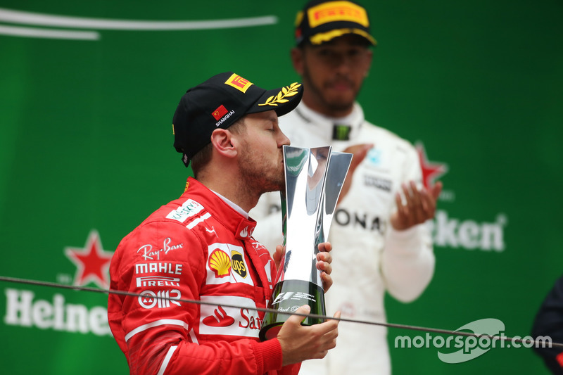 Podium: Sebastian Vettel, Ferrari, Kuss für den Pokal