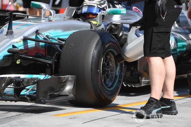 Valtteri Bottas, Mercedes-Benz F1 W08 y un mecánico de Mercedes AMG F1 refrigerador de frenos