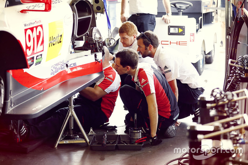 Techneuten werken aan de auto #912 Porsche Team North America Porsche 911 RSR: Kevin Estre, Laurens Vanthoor, Richard Lietz