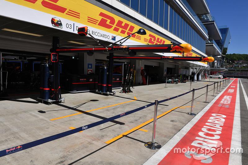 Red Bull Racing pit box boom