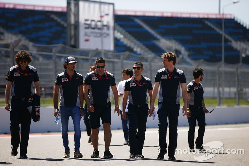 Carlos Sainz Jr., Scuderia Toro Rosso, conducts a track walk