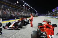 Il poleman Sebastian Vettel, Ferrari, osserva la Redbull