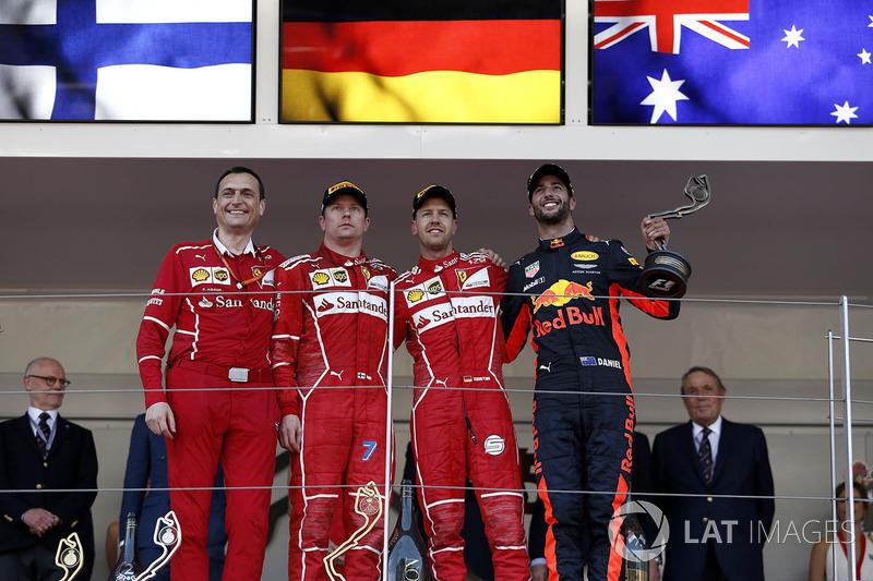 Ріккардо Адамі, гоночний інженер Ferrari, Кімі Райкконен, Ferrari, Себастьян Феттель, Ferrari та Даніель Ріккардо, Red Bull Racing RB13 з кубками на подіумі