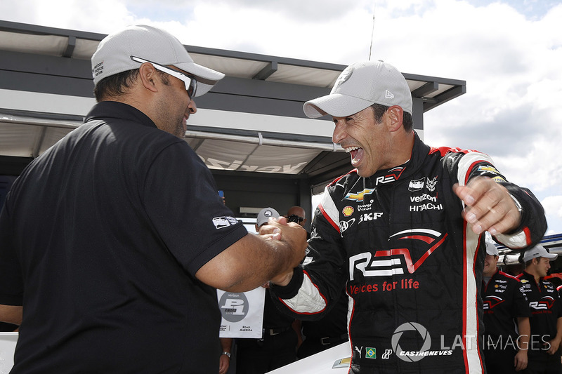 Ganador de la pole  Helio Castroneves, Team Penske Chevrolet celebra su pole position número 50 con Steven Williams de Verizon
