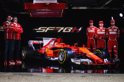 Kimi Räikkönen, Sebastian Vettel, Antonio Giovinazzi, Ferrari-Teamchef Maurizio Arrivabene und Cheftechniker Mattia Binotto mit dem Ferrari SF70H