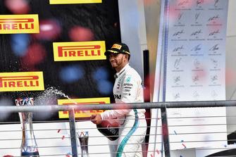 Lewis Hamilton, Mercedes AMG F1, festeggia con lo champagne, sul podio