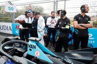 Stoffel Vandoorne, HWA Racelab talks with his engineers on the grid