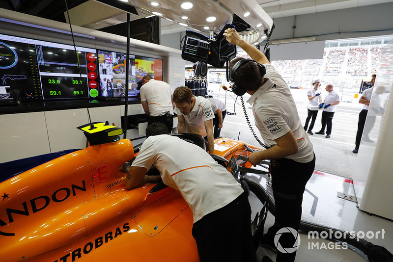 Meccanici al lavoro sulla monoposto di Stoffel Vandoorne, McLaren MCL33