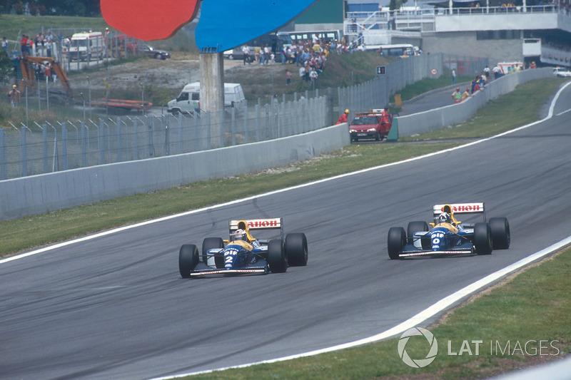 En la vuelta 11, el francés sacó la experiencia en F1 para pasar por dentro a su compañero en la curva 1. Hill solo llevaba siete carreras en la categoría