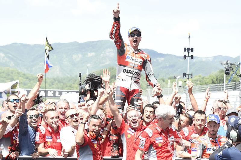 Jorge Lorenzo, Ducati Team, celebra eufórico la victoria en Mugello, abajo a la derecha cara de circunstancias de Dovizioso, que acabó segundo