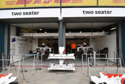 Le garage de la biplace F1 Experiences