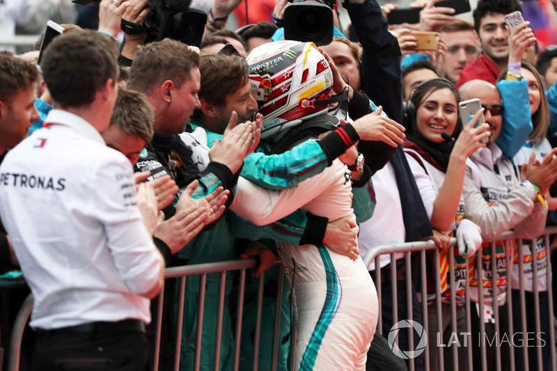 Lewis Hamilton, Mercedes-AMG F1 merayakan podium pertama di parc ferme