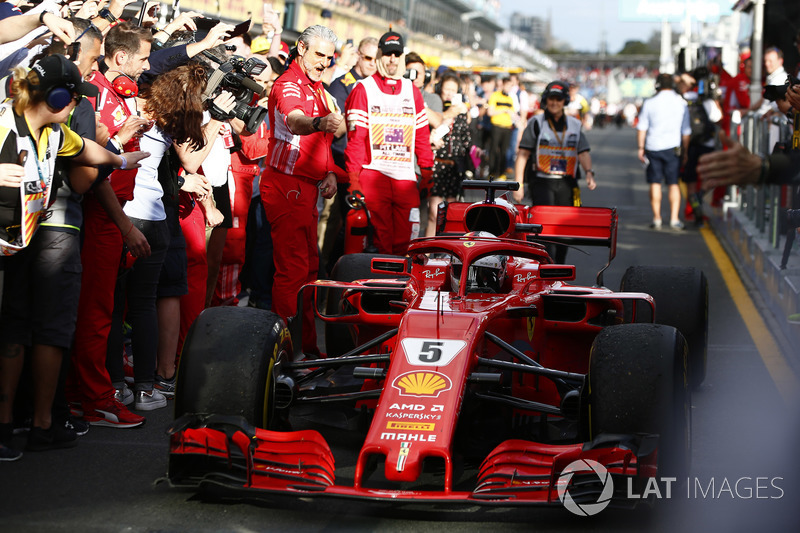 Sebastian Vettel, Ferrari SF71H, primer puesto, pasa con Maurizio Arrivabene, Director del equipo, Ferrari, mientras trae su coche al Parque Ferme